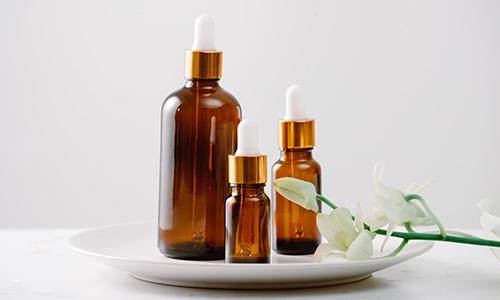 menggunakan minyak esensial khusus untuk perawatan wajah
